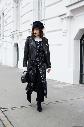 Wie kombinieren: schwarze Leder Bikerjacke, weißer Rollkragenpullover, schwarzer Kleiderrock mit Blumenmuster, schwarzer Hosenrock aus Jeans