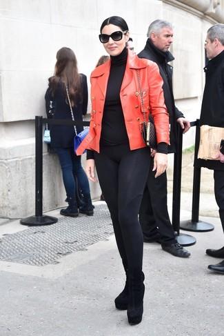 Wie kombinieren: rote Leder Bikerjacke, schwarzer Rollkragenpullover, schwarze Leggings, schwarze Wildleder Stiefeletten