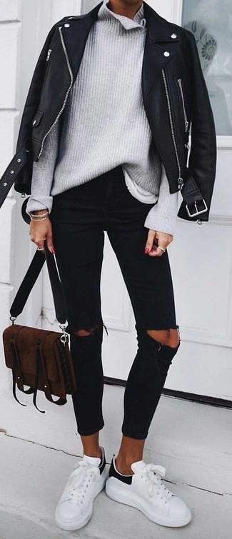 Wie kombinieren: schwarze Leder Bikerjacke, grauer Strick Rollkragenpullover, weißes T-Shirt mit einem Rundhalsausschnitt, schwarze enge Jeans mit Destroyed-Effekten