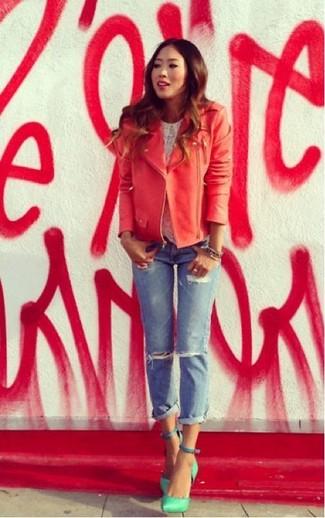 Halten Sie Ihr Outfit locker mit einer roten Leder Bikerjacke und hellblauen Boyfriend Jeans mit Destroyed-Effekten. Wählen Sie grünen Leder Pumps, um Ihr Modebewusstsein zu zeigen.