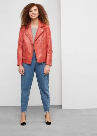 Wie kombinieren: rote Leder Bikerjacke, weißes und schwarzes horizontal gestreiftes T-Shirt mit einem Rundhalsausschnitt, blaue Boyfriend Jeans, schwarze und gelbbraune Leder Pumps