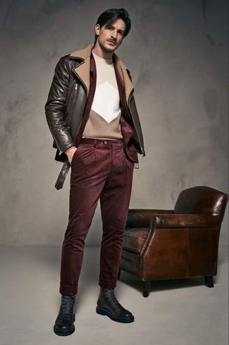 Wie kombinieren: dunkelbraune Leder Bikerjacke, dunkelrotes Kordsakko, hellbeige Pullover mit einem Rundhalsausschnitt mit geometrischen Mustern, dunkelrote Kord Chinohose