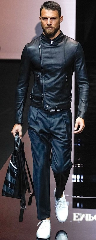 Wie kombinieren: schwarze Leder Bikerjacke, dunkelblaue vertikal gestreifte Anzughose, weiße Leder Derby Schuhe, schwarze Shopper Tasche aus Leder