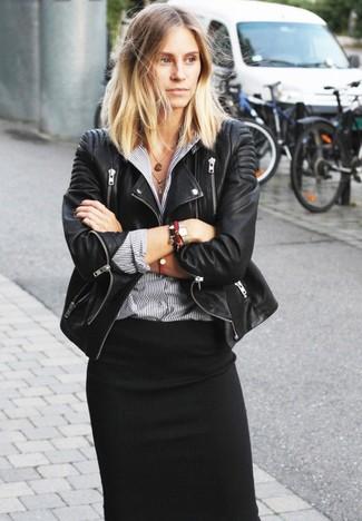 Schwarze Leder Bikerjacke, Graues vertikal gestreiftes Businesshemd, Schwarzer Midirock, Rotes Armband für Damen