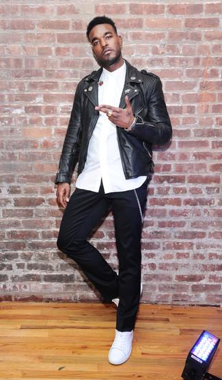 Wie kombinieren: schwarze Leder Bikerjacke, weißes Businesshemd, schwarze Chinohose, weiße Leder niedrige Sneakers