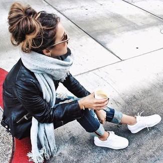 Grauen Schal kombinieren – 266 Damen Outfits: Eine schwarze Leder Bikerjacke und ein grauer Schal sind hervorragend geeignet, um einen interessanten Alltags-Look zu kreieren. Fühlen Sie sich mutig? Wählen Sie weißen niedrige Sneakers.