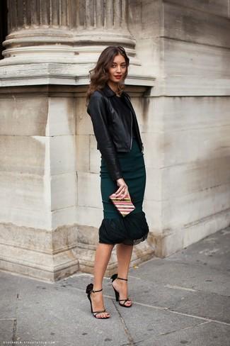 Schwarze Leder Sandaletten kombinieren – 500+ Damen Outfits: Diese Kombi aus einer schwarzen Leder Bikerjacke und einem dunkeltürkisen Etuikleid liefert entspannten und genialen Stil. Komplettieren Sie Ihr Outfit mit schwarzen Leder Sandaletten.