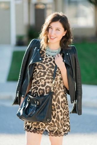Wie kombinieren: schwarze Leder Bikerjacke, beige gerade geschnittenes Kleid mit Leopardenmuster, schwarze Leder Umhängetasche, transparente Halskette