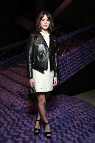 Wie kombinieren: schwarze Leder Bikerjacke, weißes verziertes gerade geschnittenes Kleid, schwarze Wildleder Sandaletten, schwarze Lederhandtasche