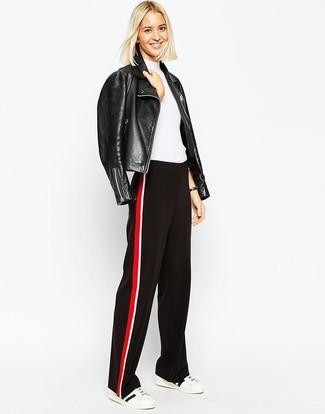Wie kombinieren: schwarze Leder Bikerjacke, weißer Kurzarmpullover, rote und schwarze weite Hose, weiße und schwarze niedrige Sneakers