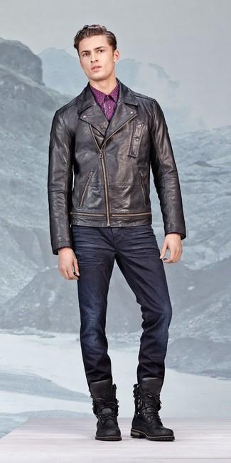 Wie kombinieren: schwarze Leder Bikerjacke, lila bedrucktes Langarmhemd, dunkelblaue Jeans, schwarze Lederarbeitsstiefel
