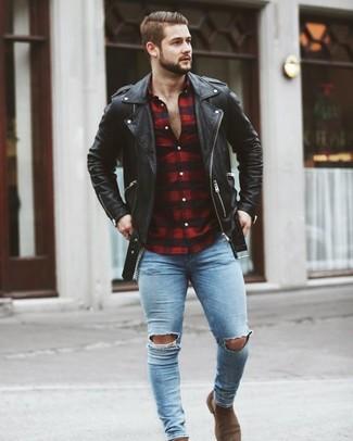 Wie kombinieren: schwarze Leder Bikerjacke, rotes und schwarzes Langarmhemd mit Vichy-Muster, hellblaue enge Jeans mit Destroyed-Effekten, braune Chelsea-Stiefel aus Wildleder