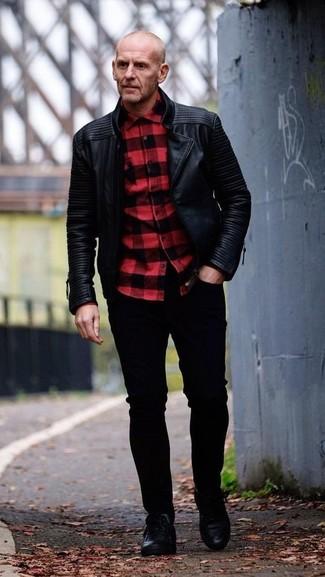 Wie kombinieren: schwarze Leder Bikerjacke, rotes und schwarzes Langarmhemd mit Karomuster, schwarze enge Jeans, schwarze Leder niedrige Sneakers