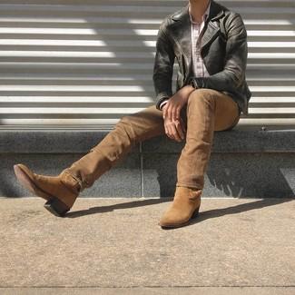 Schwarze Leder Bikerjacke kombinieren: trends 2020: Erwägen Sie das Tragen von einer schwarzen Leder Bikerjacke und beige Jeans für ein bequemes Outfit, das außerdem gut zusammen passt. Wenn Sie nicht durch und durch formal auftreten möchten, ergänzen Sie Ihr Outfit mit beige Cowboystiefeln aus Wildleder.