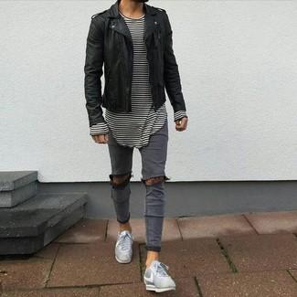Wie kombinieren: schwarze Leder Bikerjacke, weißes und schwarzes horizontal gestreiftes Langarmshirt, graue enge Jeans mit Destroyed-Effekten, graue niedrige Sneakers