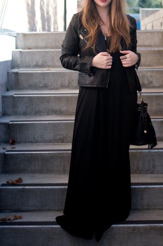 Schwarze Leder Bikerjacke, Schwarzes Maxikleid, Schwarze Wildleder Beuteltasche, Goldener Anhänger für Damen