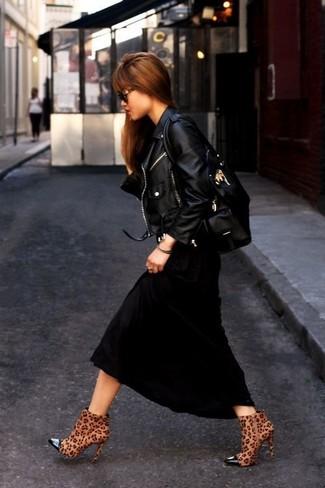 Wie kombinieren: schwarze Leder Bikerjacke, schwarzes Maxikleid, braune Wildleder Stiefeletten mit Leopardenmuster, schwarze Shopper Tasche aus Leder