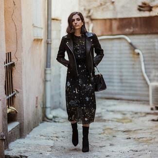 Wie kombinieren: schwarze Leder Bikerjacke, schwarzes Midikleid mit Sternenmuster, schwarze elastische Stiefeletten, schwarze Shopper Tasche aus Leder