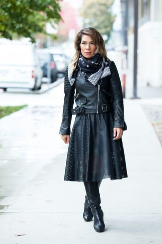 beddaff8362a schwarze Leder Bikerjacke, schwarzer Falten Midirock aus Leder ...
