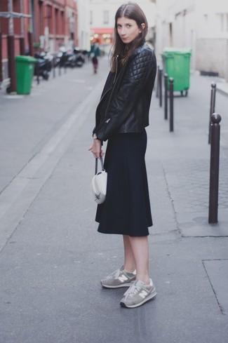 Graue Wildleder niedrige Sneakers kombinieren – 9 Damen Outfits: Zusammen getragen, werden eine schwarze gesteppte Leder Bikerjacke und ein schwarzer Midirock mit Falten zum perfekten Freizeit-Look. Wenn Sie nicht durch und durch formal auftreten möchten, ergänzen Sie Ihr Outfit mit grauen Wildleder niedrigen Sneakers.