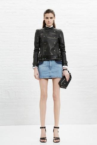 Wie kombinieren: schwarze Leder Bikerjacke, hellblauer Jeans Minirock, schwarze Leder Sandaletten, schwarze Leder Clutch