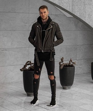 Wie kombinieren: schwarze Bikerjacke, schwarzer Pullover mit einem Kapuze, schwarze enge Jeans mit Destroyed-Effekten, schwarze hohe Sneakers