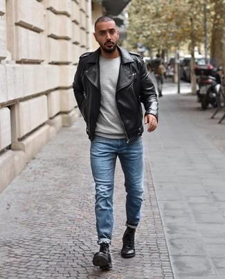 Wie kombinieren: schwarze Leder Bikerjacke, grauer Pullover mit einem Rundhalsausschnitt, hellblaue Jeans, schwarze Lederfreizeitstiefel
