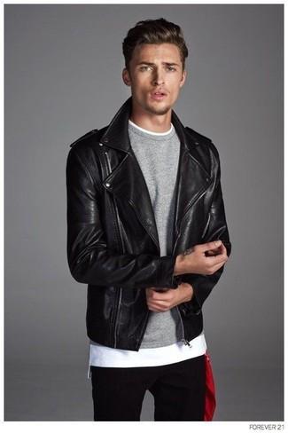 Paaren Sie eine schwarze Leder Bikerjacke mit schwarzen Jeans, um einen lockeren, aber dennoch stylischen Look zu erhalten.