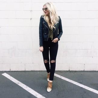 Wie kombinieren: schwarze Leder Bikerjacke, olivgrüner Pullover mit einem Rundhalsausschnitt, schwarze enge Jeans mit Destroyed-Effekten, beige Wildleder Stiefeletten mit Leopardenmuster