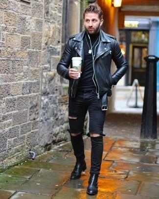 Wie kombinieren: schwarze Leder Bikerjacke, schwarzer Rollkragenpullover, schwarze enge Jeans mit Destroyed-Effekten, schwarze Chelsea-Stiefel aus Leder
