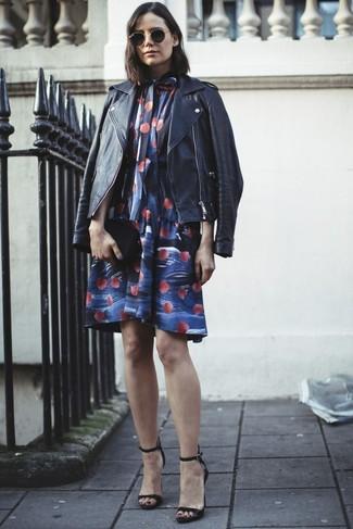 Wie kombinieren: schwarze Leder Bikerjacke, blaues schwingendes Kleid mit Blumenmuster, schwarze Leder Sandaletten, schwarze Leder Clutch