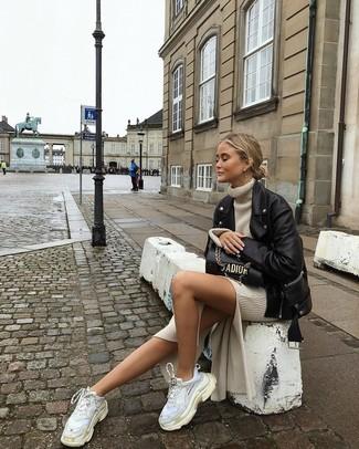 Weiße Sportschuhe kombinieren – 122 Damen Outfits: Mit dieser Paarung aus einer schwarzen Leder Bikerjacke und einem hellbeige Sweatkleid werden Sie die perfekte Balance zwischen geradlinigem Tomboy-Look und modernem Stil schaffen. Suchen Sie nach leichtem Schuhwerk? Vervollständigen Sie Ihr Outfit mit weißen Sportschuhen für den Tag.