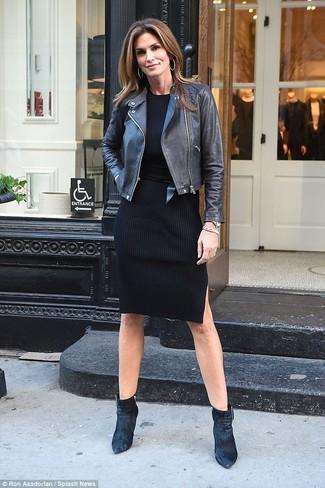 Wie kombinieren: schwarze Leder Bikerjacke, schwarzes Sweatkleid, schwarze Samt Stiefeletten, schwarzer Leder Taillengürtel