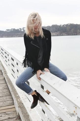 Wie kombinieren: schwarze Fransen Wildleder Bikerjacke, dunkelgraues T-Shirt mit einem Rundhalsausschnitt, blaue enge Jeans, schwarze Wildleder Stiefeletten
