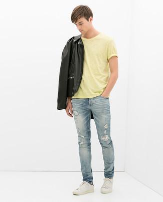 Wie kombinieren: schwarze Leder Bikerjacke, gelbes T-Shirt mit einem Rundhalsausschnitt, hellblaue Jeans mit Destroyed-Effekten, weiße Leder niedrige Sneakers