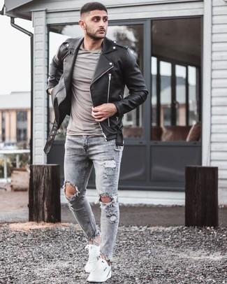 Lässige kühl Wetter Outfits Herren 2020: Halten Sie Ihr Outfit locker mit einer schwarzen Leder Bikerjacke und grauen engen Jeans mit Destroyed-Effekten.