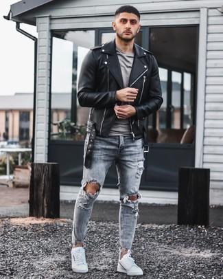 Lässige kühl Wetter Outfits Herren 2020: Eine schwarze Leder Bikerjacke und graue enge Jeans mit Destroyed-Effekten sind eine gute Outfit-Formel für Ihre Sammlung. Komplettieren Sie Ihr Outfit mit weißen Segeltuch niedrigen Sneakers, um Ihr Modebewusstsein zu zeigen.