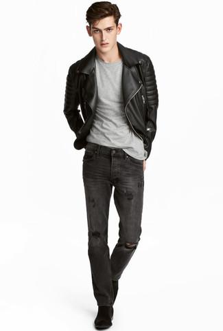Wie kombinieren: schwarze gesteppte Leder Bikerjacke, graues T-Shirt mit einem Rundhalsausschnitt, dunkelgraue Jeans mit Destroyed-Effekten, schwarze Chelsea-Stiefel aus Wildleder