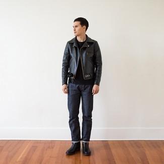 Schwarzes T-Shirt mit einem Rundhalsausschnitt kombinieren – 500+ Herren Outfits: Erwägen Sie das Tragen von einem schwarzen T-Shirt mit einem Rundhalsausschnitt und dunkelblauen Jeans für einen bequemen Alltags-Look. Fühlen Sie sich ideenreich? Entscheiden Sie sich für schwarzen Chelsea Boots aus Leder.