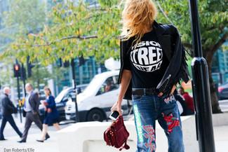 schwarze Fransen Leder Bikerjacke, schwarzes und weißes bedrucktes T-Shirt mit einem Rundhalsausschnitt, blaue bestickte Jeans, dunkelrote Wildleder Clutch für Damen