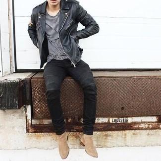 Herren Outfits 2021: Für ein bequemes Couch-Outfit, entscheiden Sie sich für eine schwarze Leder Bikerjacke und ein weißes und schwarzes horizontal gestreiftes T-Shirt mit einem Rundhalsausschnitt.