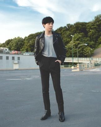 Herren Outfits 2020: Entscheiden Sie sich für eine schwarze Leder Bikerjacke und eine schwarze vertikal gestreifte Chinohose, um einen lockeren, aber dennoch stylischen Look zu erhalten. Schalten Sie Ihren Kleidungsbestienmodus an und machen schwarzen Chelsea Boots aus Leder zu Ihrer Schuhwerkwahl.