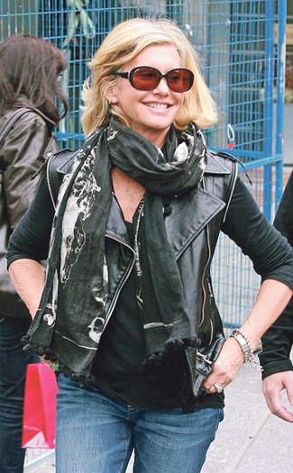 Schwarze Leder Bikerjacke, Schwarzes Trägershirt, Blaue Jeans, Schwarzer bedruckter Schal für Damen