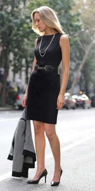 schwarze und weiße Chevron Bikerjacke, schwarzes Etuikleid, schwarze Leder Pumps, schwarzer Leder Taillengürtel für Damen