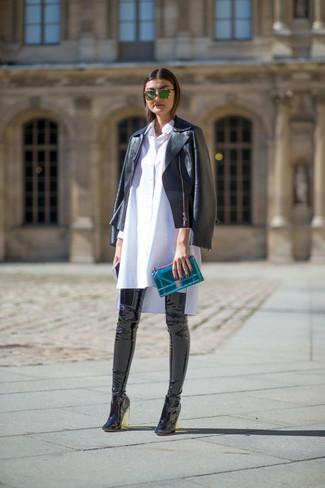 schwarze Leder Bikerjacke, weißes Shirtkleid, schwarze Overknee Stiefel aus Leder, dunkeltürkise Leder Clutch für Damen