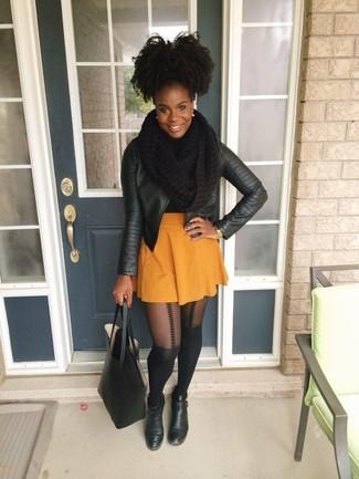 Wie kombinieren: schwarze Leder Bikerjacke, orange Skaterrock, schwarze Leder Stiefeletten, schwarze Shopper Tasche aus Leder