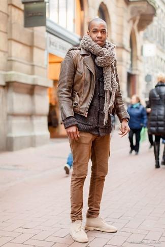 Erwägen Sie das Tragen von einer braunen Leder Bikerjacke und einer braunen Chinohose, um mühelos alles zu meistern, was auch immer der Tag bringen mag. Machen Sie Ihr Outfit mit hellbeige chukka-stiefeln aus wildleder eleganter.