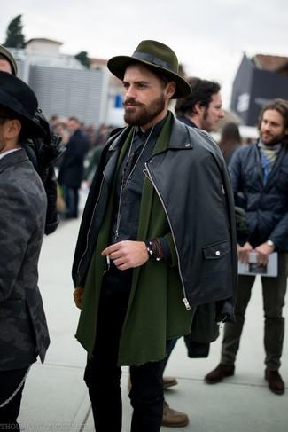 Olivgrüne Strickjacke mit einem Schalkragen kombinieren: trends 2020: Erwägen Sie das Tragen von einer olivgrünen Strickjacke mit einem Schalkragen und schwarzen engen Jeans, um mühelos alles zu meistern, was auch immer der Tag bringen mag.