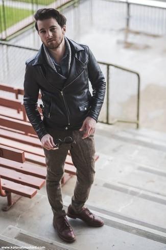Dunkelrote Leder Derby Schuhe kombinieren: trends 2020: Kombinieren Sie eine schwarze Leder Bikerjacke mit einer braunen Wollchinohose für ein bequemes Outfit, das außerdem gut zusammen passt. Putzen Sie Ihr Outfit mit dunkelroten Leder Derby Schuhen.