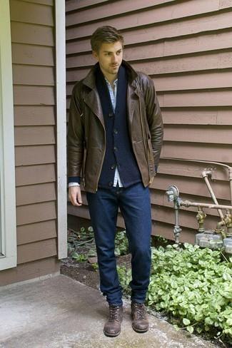 Dunkelblaue Strickjacke mit einem Schalkragen kombinieren – 20 Herren Outfits kühl Wetter: Tragen Sie eine dunkelblaue Strickjacke mit einem Schalkragen und dunkelblauen Jeans, um einen lockeren, aber dennoch stylischen Look zu erhalten. Ergänzen Sie Ihr Look mit einer dunkelbraunen Lederfreizeitstiefeln.